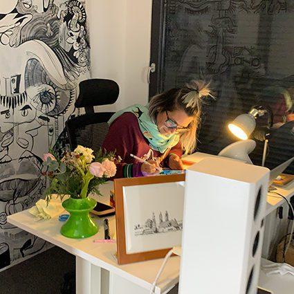 aNa artiste dans son atelier d'animation à distance
